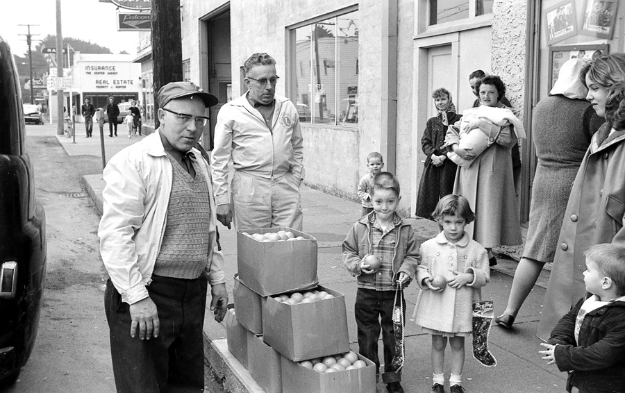 Bandon Lions handing out oranges & Christmas stockings, 1962