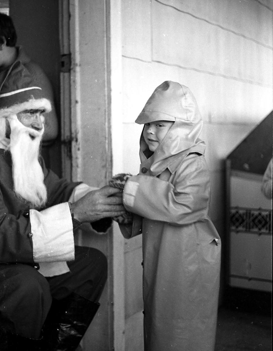 Chas. Waldrop visiting Santa, 1959