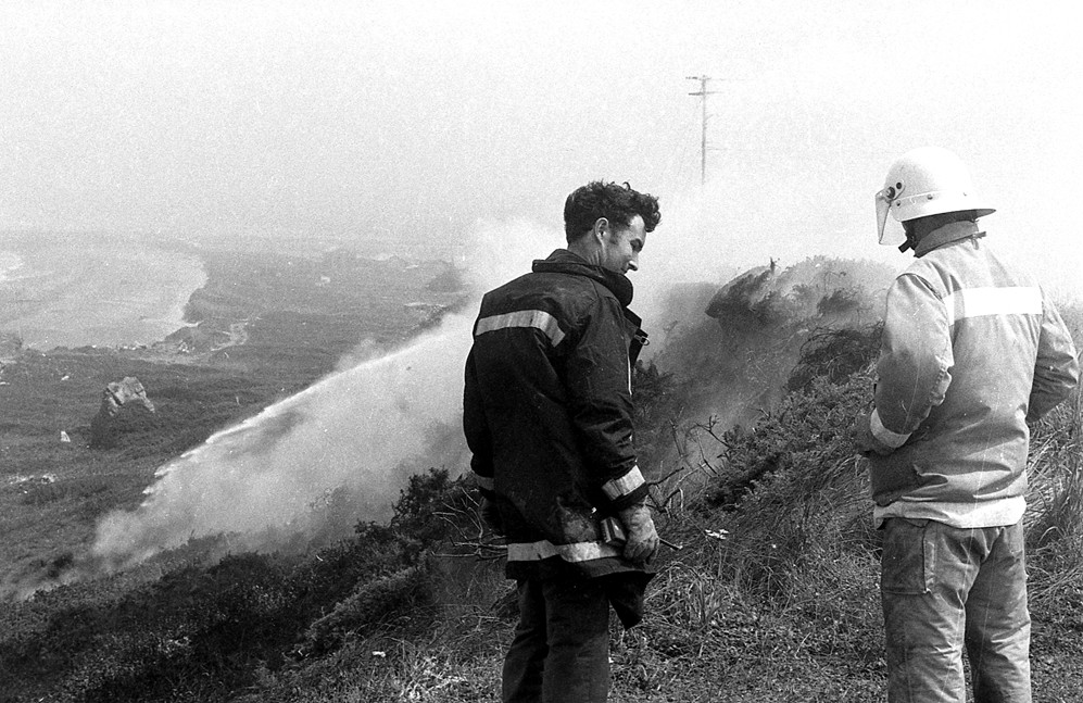 Gorse fire behind Table Rock Motel, 1980